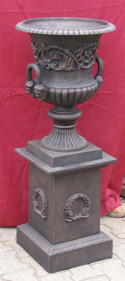 amphore mit griffen auf sockel mit myrtekranz antik bronze. Black Bedroom Furniture Sets. Home Design Ideas