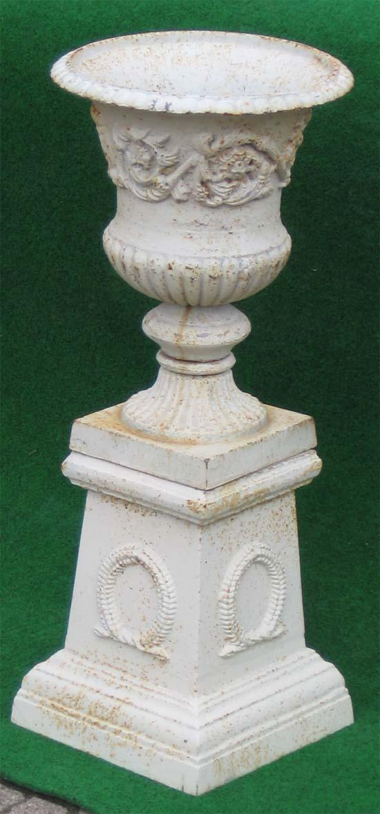 Amphore mit verzierung auf podest mit myrtenkranz antik for Gartendeko auf rechnung