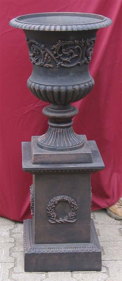 hohe amphore mit girandolen sockel mit myrtenkranz antik bronze garten passion. Black Bedroom Furniture Sets. Home Design Ideas