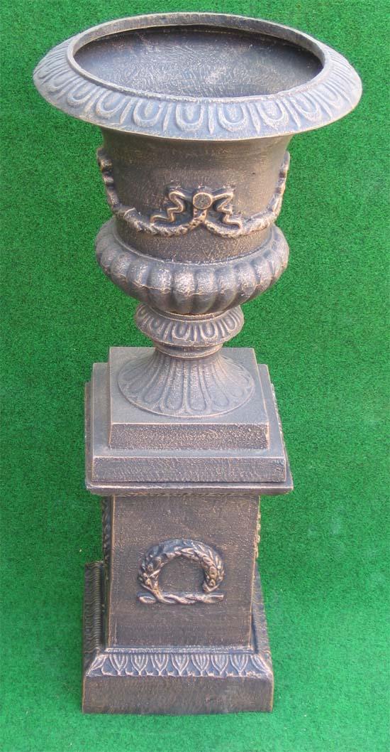 amphore auf sockel mit ornamenten antik bronze garten passion. Black Bedroom Furniture Sets. Home Design Ideas