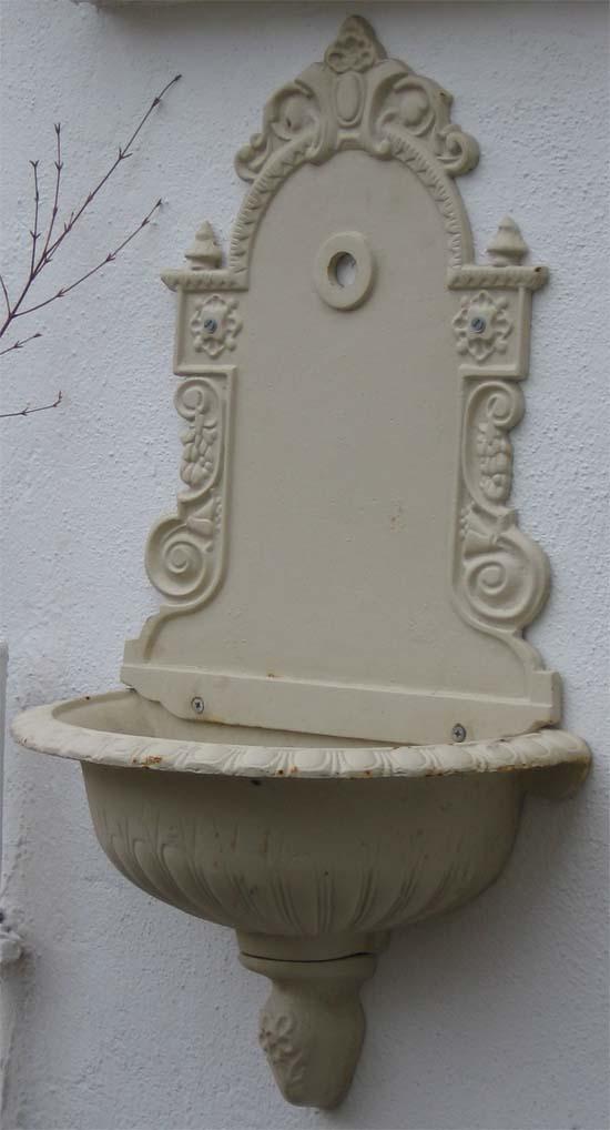 nostalgischer wandbrunnen mit wasserhahn antik weiss. Black Bedroom Furniture Sets. Home Design Ideas