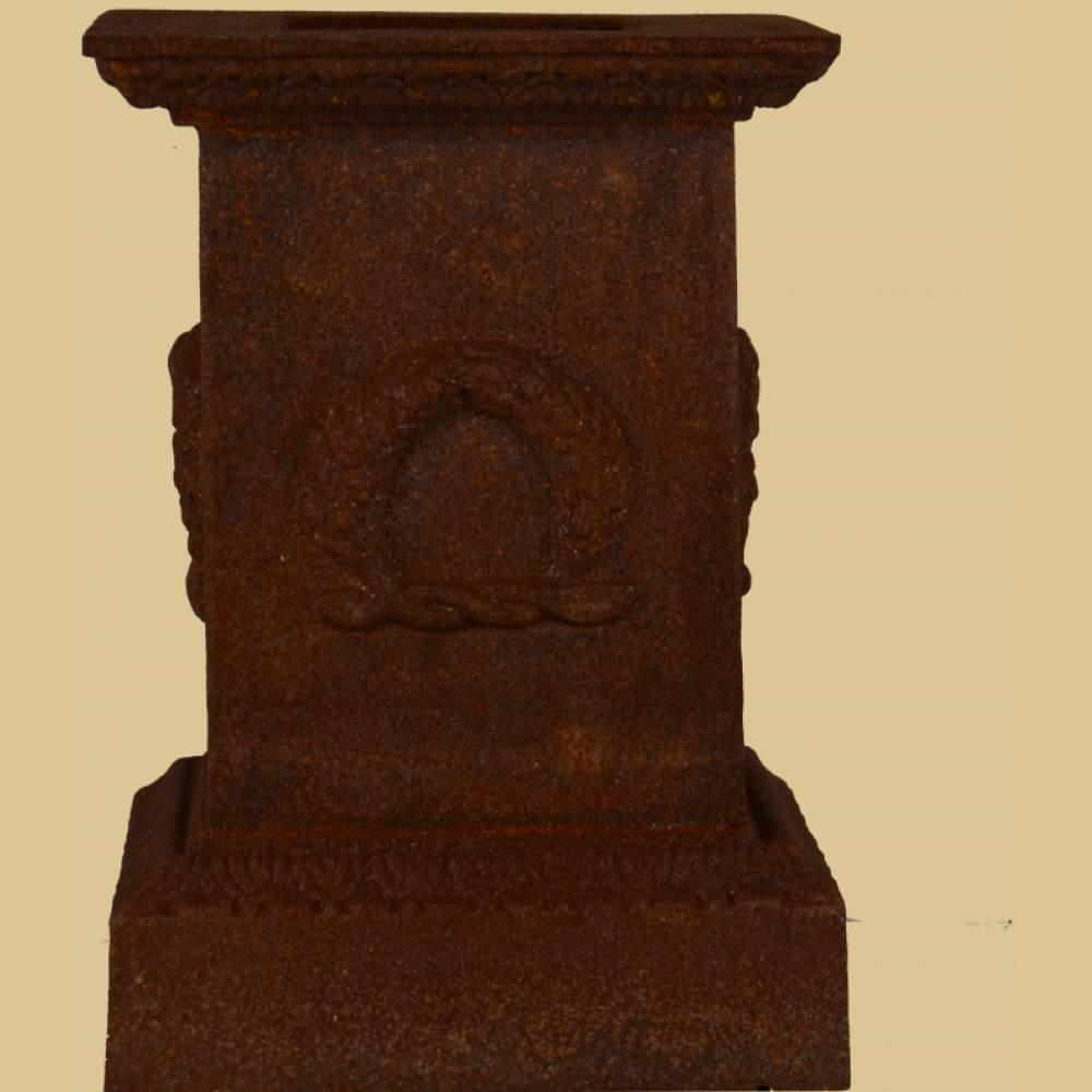 amphore auf sockel mit myrtenkranz antik rost garten passion. Black Bedroom Furniture Sets. Home Design Ideas