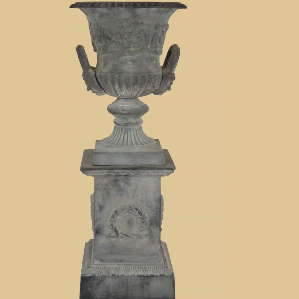 Amphore mit griffen auf sockel mit myrtenkranz antik grau for Gartendeko auf rechnung
